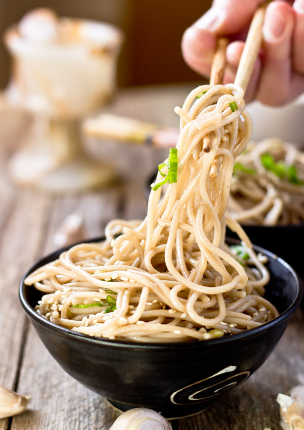 Are you looking for a simple way to spice up your noodle salad? This garlic sesame noodle salad has a robust flavor from the roasted garlic and sesame seeds, at an appetizing and comfortable level, without any sharp or pungent garlic taste.