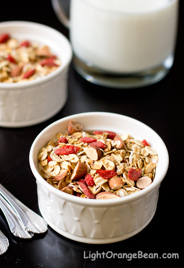 crunchy quinoa granola with goji berries-sideveiw