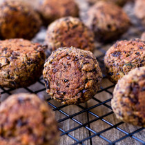 Black bean meatless balls are here. They are packed with complex flavors and taste fantastic with Italian spaghetti sauce, meatball sandwich, or even more. (vegan/Gluten-Free)