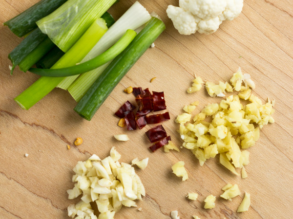 """Today's post is about how to make this cauliflower stir-fry with a few simple ingredients in less than 10 mins, a """"fast-food"""" but in a much healthier way."""